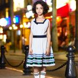 L'uniforme scolastico classico delle ragazze veste il vestito lungo dal manicotto dei capretti del bambino