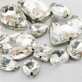 De Basis van het metaal voor naait op Bergkristal naait bij het Plaatsen van de Klauw van het Metaal