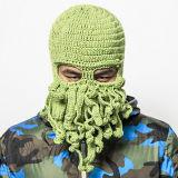 一義的なタコマスクのハンドメイドの編む編まれた冬の帽子