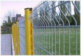三角の金網か庭の塀