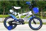 子供の自転車、子供の自転車は、人形のシートが付いているバイクをからかう