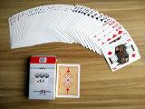Chino que anuda haciendo publicidad de las tarjetas que juegan modificadas para requisitos particulares del póker de papel para la promoción