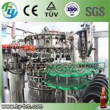 装置を満たすガラスビンの炭酸塩化された飲み物