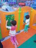 Tablero de juego montado en la pared educativo de madera para el aprendizaje de los niños