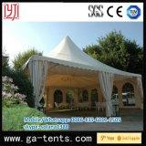 屋外の庭の結婚式のケイタリングのテント