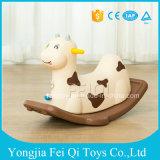 Bebê do brinquedo do cavalo de balanço das crianças, bebê de balanço do cavalo pequeno, cavalo de tamanho grande, enigma do bebê, um presente do ano