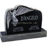 天使の彫刻が付いている黒い花こう岩の正方形の墓石