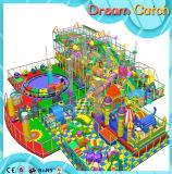 Verwendeter Schule-Plastikinnenhandelsspielplatz mit Plättchen für die Kinder, die Spiele spielen