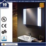 Miroir allumé éclairé à contre-jour par DEL fixé au mur de salle de bains de vanité