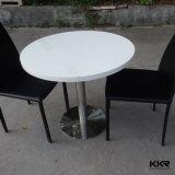 現代デザイン人は石造りの二人用のダイニングテーブルおよび椅子を作った