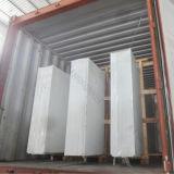 中国の工場は設計された水晶石の床タイルを特定のサイズにカットした