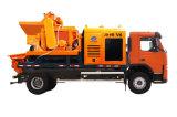 Individu chargeant le camion mobile de pompe de mélangeur concret