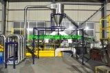 Überschüssiger Plastikfilm, der Maschine aufbereitend sich wäscht