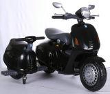 Paseo encantador en la motocicleta con la rueda lateral para los cabritos