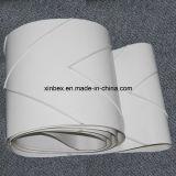 PVC白い食品等級のヘリンボンは棒によって傾斜させるコンベヤーベルトをクリートで補強する