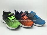 最も新しい男の子および女の子のスポーツの運動靴