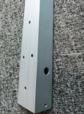 Perfil anodizado aluminio en forma de L que trabaja a máquina perforado