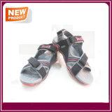 Ботинки сандалий удобных людей вскользь