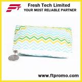 Il professionista insacca il sacchetto promozionale della matita del fornitore