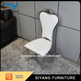 椅子を食事する標準的な現代居間の家具のステンレス鋼