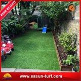C Forma de hierba artificial cerca del jardín para el jardín