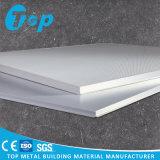 L'assorbimento acustico ha perforato l'alluminio risieduto nelle mattonelle quadrate del soffitto