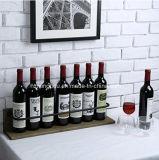 Установленный стеной деревянный стеллаж для выставки товаров вина для дома