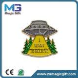 2D Farbe, die UFO-Metallpin-Abzeichen füllt