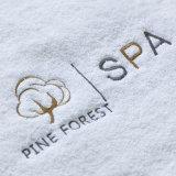 As toalhas de banho da alta qualidade vendem por atacado o serviço de projeto feito sob encomenda do bordado