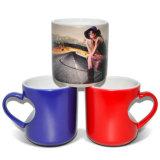 Taza de cerámica de la venta del corazón de la dimensión de una variable del amor de la prensa mágica caliente del calor