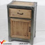 Governo di legno elegante misero antico del lato del letto dell'azienda agricola