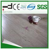 Le plancher en bois en stratifié a gravé en relief