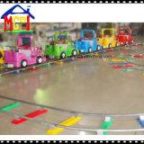 Jeep che insegue giro del treno elettrico dell'automobile per divertimento della famiglia