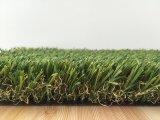 Ajardinar el césped artificial para la decoración del jardín