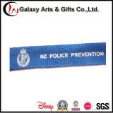 Один владельца карточки значка удостоверения личности талрепов цвета Silk напечатанный Creen голубой с Breakaway пряжкой безопасности и крюком p