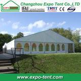 Grande tenda foranea esterna di cerimonia nuziale con la chiesa Windows