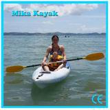 Una sede si siede sulla canoa superiore della plastica di pesca della fabbrica del kajak della barca