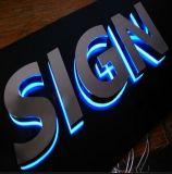 Signes électroniques éclairés à contre-jour par devanture de magasin extérieur de lettres de la Manche de DEL