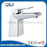 Robinet en laiton approuvé de bassin de filigrane de salle de bains monté par plate-forme de Centerset de chrome
