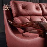 Il sofà di cuoio rosso ha impostato con il bracciolo di legno (838)