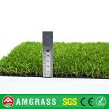Ajardinando o gramado artificial do relvado sintético de Futsal das esteiras