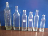 Bottiglie di vetro di colore differente e di figura differente vuota per l'olio di oliva