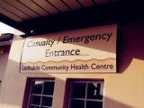 Signe fixé au mur en aluminium d'entrée d'hôpital