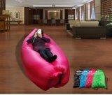 Loungingの容易にたまり場のベッド袋のソファーのソファを自己膨脹させることは夏の天才ソファのために興奮する