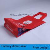 Sacchetto di acquisto tenuto in mano rivestito di stampa di colore del tessuto non tessuto