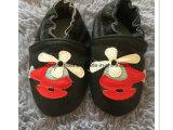 작은 신생 아이의 가득 차있는 가죽 아기 신발