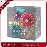 美しく制作されたギフト袋に花のきらめきデザイン、ペーパーギフト袋、買物をする紙袋がある