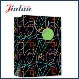 O logotipo lustroso do preto da laminação personaliza o saco de papel impresso Natal