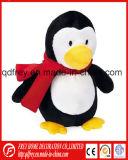 Het mooie Gevulde Stuk speelgoed van de Pinguïn met het Roze Verwarmingstoestel van het Oor