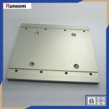 金属の銀によって陽極酸化されるアルミニウム版CNCの機械装置部品
